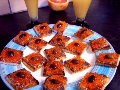 oeuf de truite : Assiette de canapés aux oeufs de truite