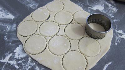 Découpage de la pâte à crackers en forme ronde à l'emporte-pièce