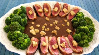 Volailles et gibiers : Assiette de magret au foie gras et aux brocolis