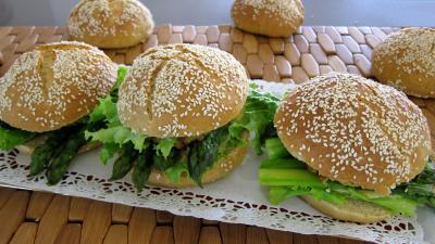 plat complet : Plat d'hamburgers au cabillaud et aux asperges