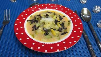 Cuisine diététique : Assiette de soupe de courgettes au micro-ondes
