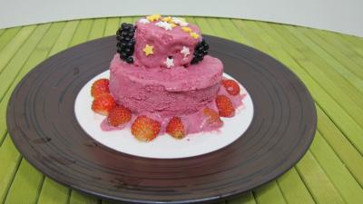 Image : Assiette de glace aux noisettes et fruits rouges