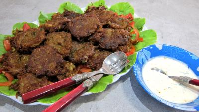 Image : Plat de pakoras ou beignets de courgette et aubergine