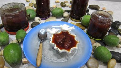 Image : Ramequin et pots de confiturede feijoas à la vanille