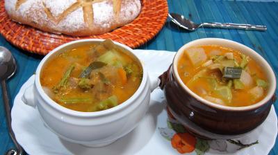 navet : Petits bols de soupe de brocolis et légumes