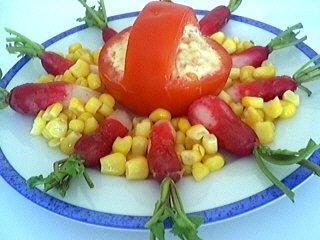 radis : Assiette de tomates à l'avocat et au thon