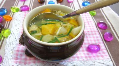 entrée à base de volaille : bol de soupe de légumes aux navets