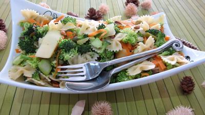Entrées froides : Saladier de farfalle et brocolis en salade