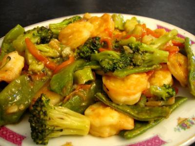 Plat de sauté de crevettes aux légumes