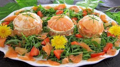 Entrées froides : Plat de millefeuille de pamplemousse au saumon fumé