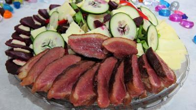 Entrées froides : Assiette de salade de magret au Cantal