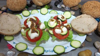 Entrées froides : Assiette de bruschettas à la tomate