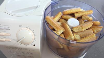 Reduire grossièrement les biscuits au robot hachoir