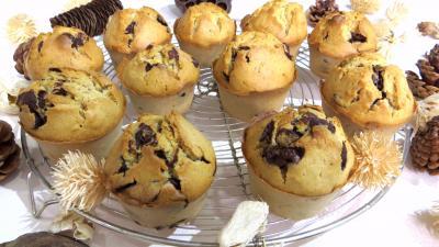 lait noisette : Muffins au pépites de chocolat et sa grille de refroidissement