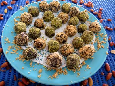 cacahuète : Assiette de truffes pistaches et cacahuètes