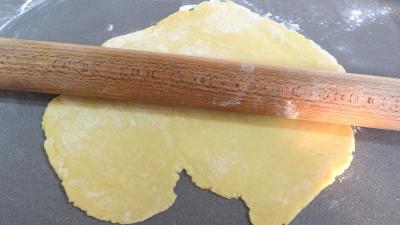 Etirer la pâte au rouleau