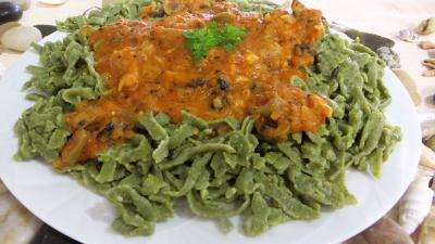sauce pour riz : Assiette de tagliatelles fraîches aux épinards et sa sauce au Vésuve