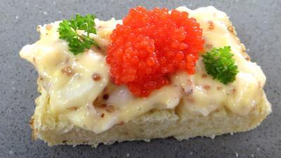 Pain mayonnaise décoré d'oeufs de lump et de persil