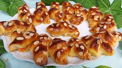Amande effilée : Assiette de croissants à la crème aux abricots