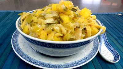 gingembre en poudre : Bol de tagliatelles fraîches aux oignons et ananas