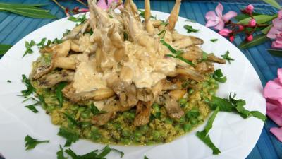 plat complet : Assiettes d'oeufs brouillés aux petits pois et cuisses de grenouille