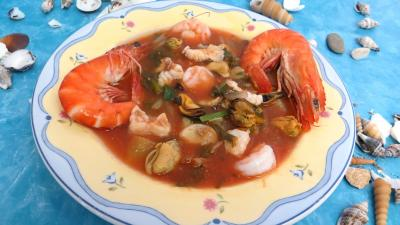 courge spaghetti : Assiette de soupe de consommé marin terre et mer
