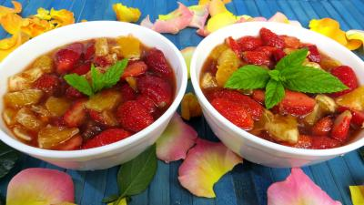 Image : Bols de fraises et d'oranges