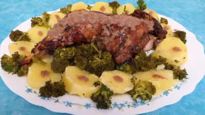Cuisine diététique : Cuisse de dinde à la moutarde servie dans une assiette de service