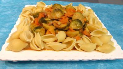 lardon : Assiette de choux de Bruxelles et patates douces accompagnés de conchiglioni