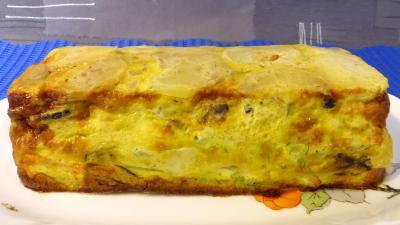 ciboulette : Plat de gâteau d'omelette au saumon