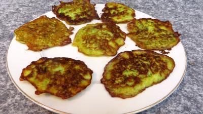 Cuisson à la poêle : Assiette de pancakes aux courgettes