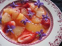 vermouth : Assiette de soupe de violettes à l'ananas et aux fraises