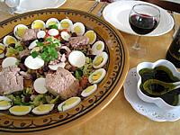 entrée à base de poisson : Assiette de salade de thon aux pêches