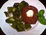 Haché de boeuf : Assiette de steak haché au concombre et poivrons
