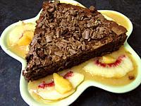 gâteau au chocolat au coulis de melon et pêches
