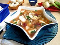 fumet de poisson : Soupière de soupe de morue aux champignons