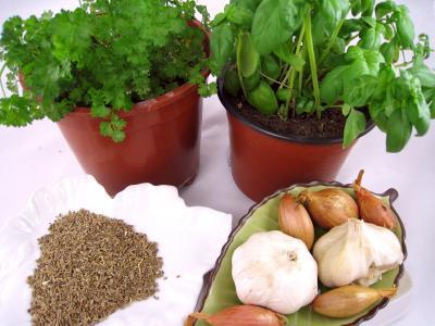 Photo : Basilic, persil, graines d'anis, ail et échalotes, pour les aromates