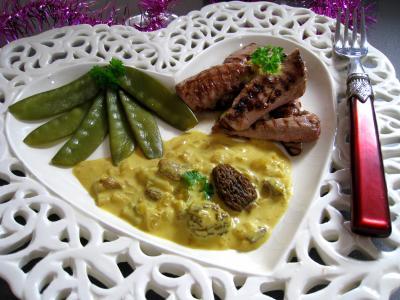 Photo : Une assiette d'aiguillettes de canard aux pois gourmands