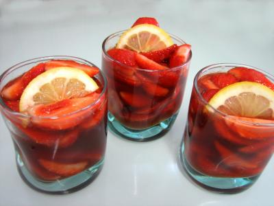 fraises au vin rosé