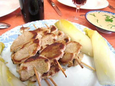 Filet de porc : Assiette de brochettes de porc aux enfives et sa sauce aux noix de cajou