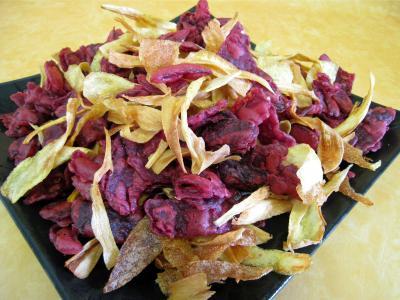 Image : Assiette de chips pommes de terre, panais et betteraves rouges