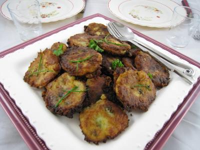 Cuisine réunionnaise : Assiette de beignets de pommes de terre