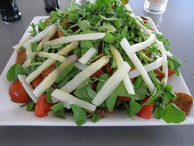 roquette : Assiette de salade d'asperges et crudités