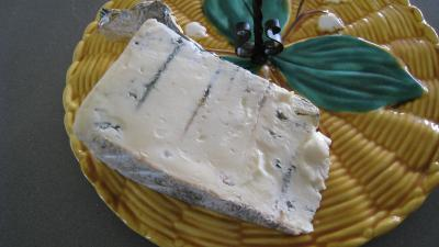Photo : Tranche de Gorgonzola sur un plateau à Fromages.