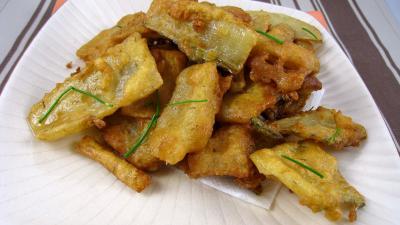 beignets salés : Assiette de beignets de cardes de blettes ou bettes.