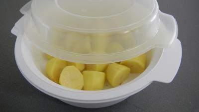 Cuisson des pommes de terre à la vapeur au micro-ondes