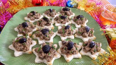 cornichon vinaigre : Assiette de canapés au thon