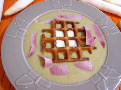fond de veau : Assiette de mâche en velouté et sa gaufrette à la mozzarella