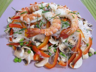 vermicelle de riz : Assiette de vermicelle de riz et crevettes en salade