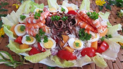 crustacés : Grande assiette d'encornets et gambas en salade